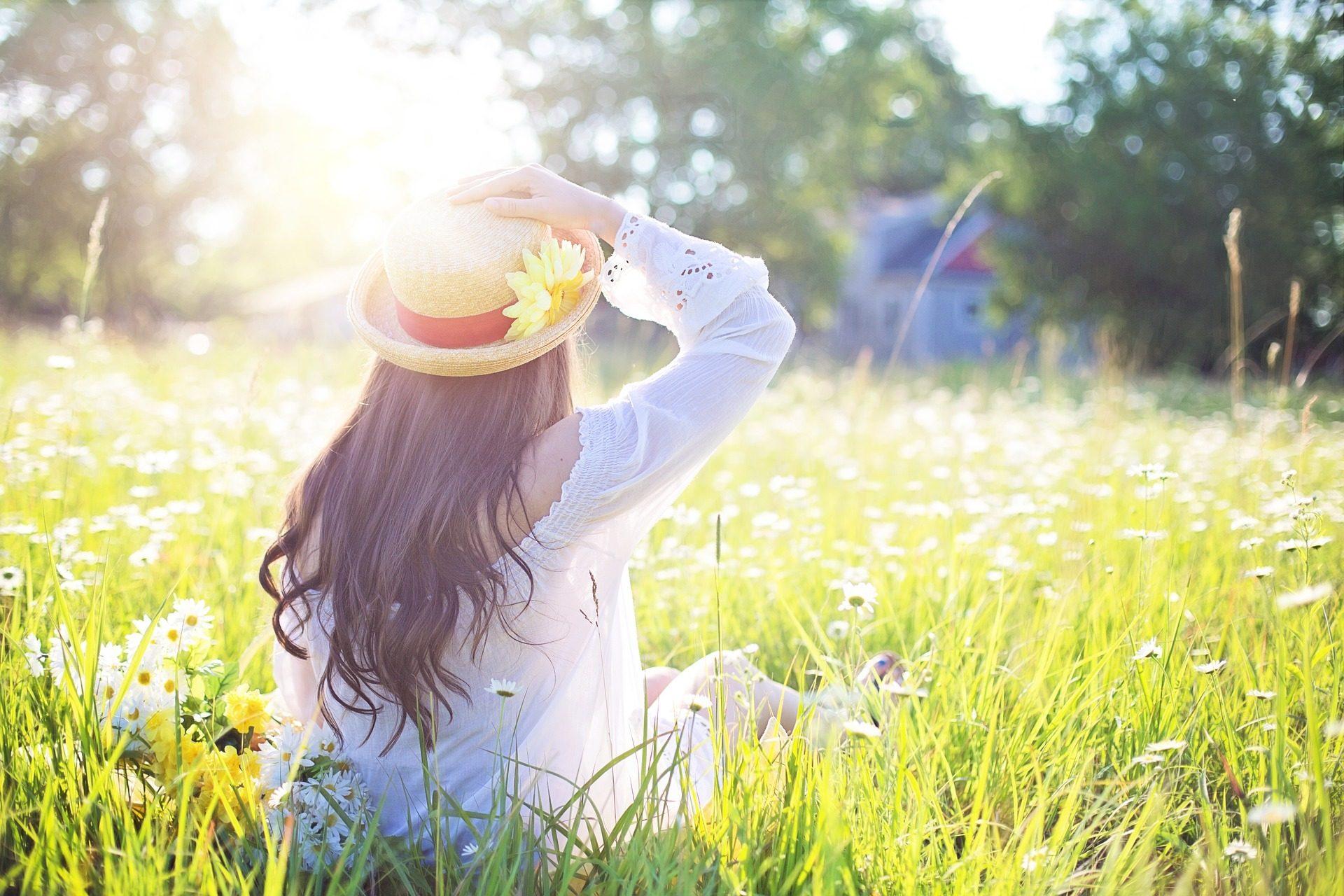 słoneczny dzien, kobieta z kapeluszem na głowie
