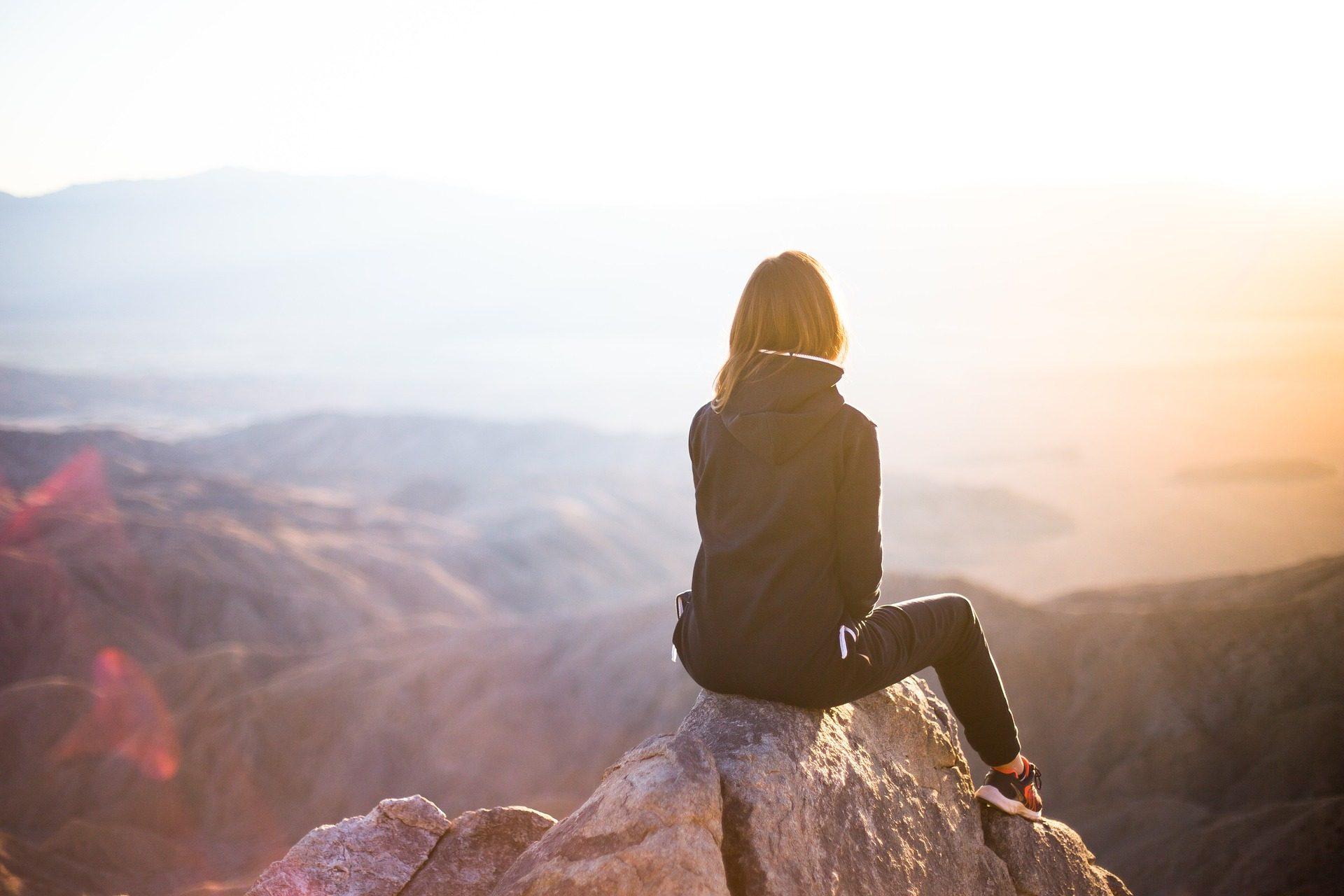 kobieta na szczycie góry,rehabilitacja w górach